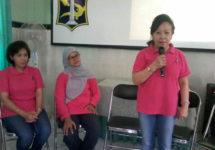 Ibu Liliartini, Ibu Rina dan Ibu Yona membagikan kisahnya sebagai survivor dan relawan untuk mendampingi penderita kanker payudara di Puskesmas Pucang Sewu Surabaya.